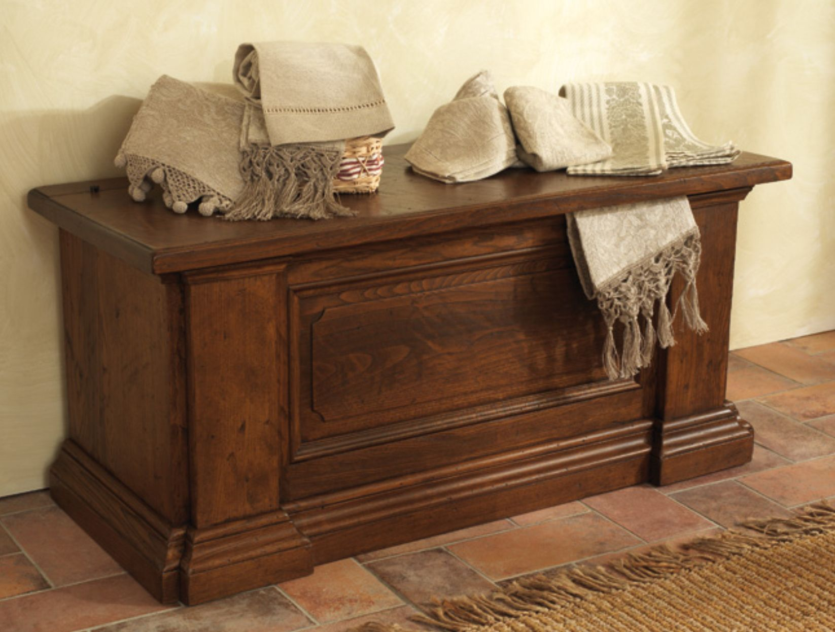 Soggiorno in legno massello for Cassapanca roma